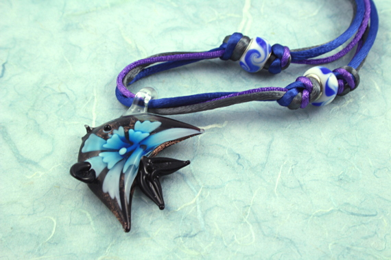 Flower fish necklace, blue, md