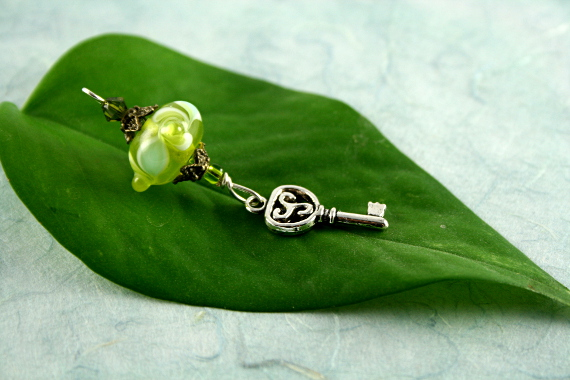 Blessingsway bead - Leaves and swirls key, leaf, md