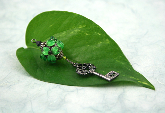 Blessingway bead - Emerald flower key, leaf, md