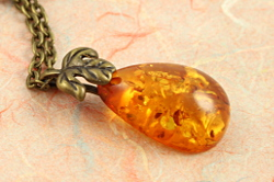 Fallen leaves necklace, peach, closeup, sm